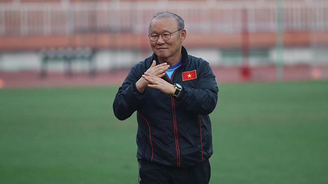 HLV Park Hang Seo có vẻ đã hết kiên nhẫn với thủ thành gốc Thanh Hoá. Ảnh: Hoàng Linh
