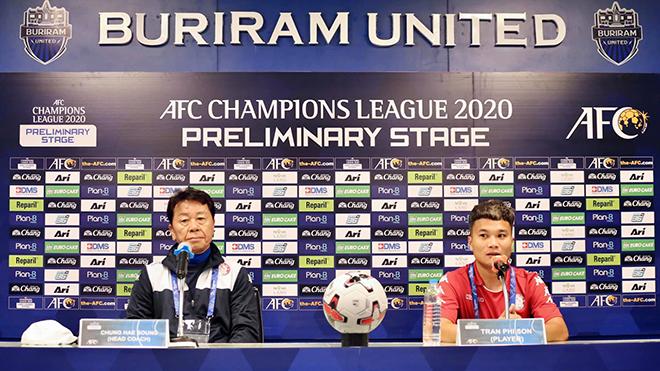 HLV Chung Hae Seong và Phi Sơn ở buổi họp báo trước trận đấu. Ảnh: TP.HCM