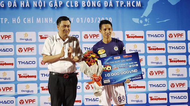 Phong độ chói sáng khi trực tiếp góp công vào 2 bàn thắng cho Hà Nội, Hùng Dũng có danh hiệu Cầu thủ xuất sắc nhất Siêu Cúp QG 2019 và hứa hẹn sẽ đoạt luôn Quả bóng vàng Việt Nam 2019. Ảnh: TP