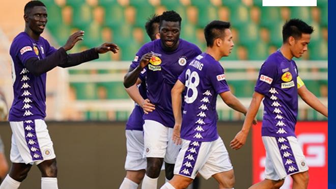Không ghi bàn nhưng Văn Quyết vẫn ghi dấu giày ở 3/4 bàn thắng của Hà Nội khi đại thắng Nam Định tối 7-3. Ảnh: TP