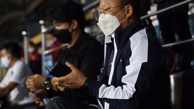 HLV Park Hang Seo có mặt ở Nam Định tối 14/3 để chứng kiến trận DNH Nam Định thắng Hồng Lĩnh Hà Tĩnh 2-1, trận đấu mà trọng tài Ngọc Hà có thể bỏ qua 2 quả 11m của chủ nhà. Ảnh: VPF