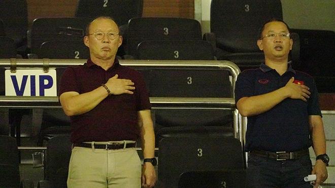 HLV Park Hang Seo và trợ lý Huy Khoa đến xem trận Sài Gòn - SLNA tối 8-3. Ảnh: Anh Linh