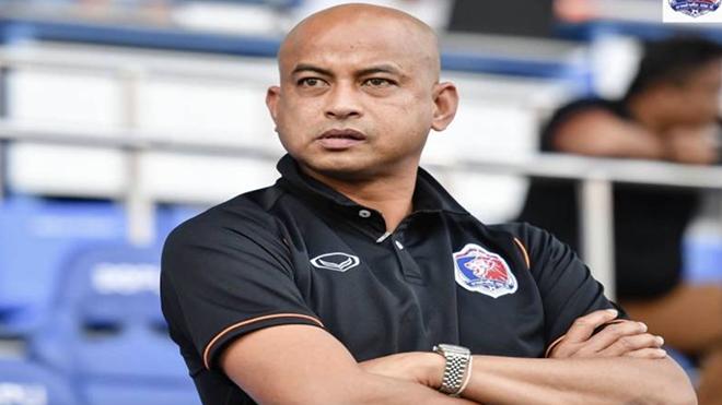 HLV nổi tiếng của bóng đá Thái Lan Chokthawi Phromrat bị CLB sa thải vì Covid-19