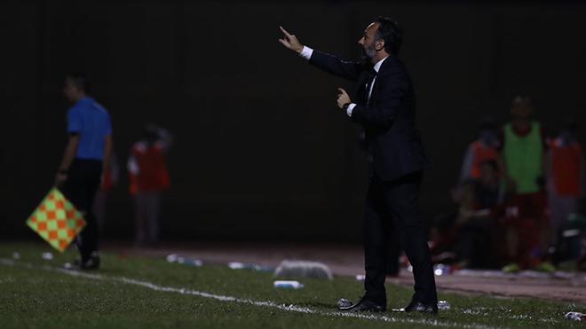 HLV Lopez bất bình khi trọng tài Trần Đình Thịnh cho trận đấu bù thêm nhiều thời gian để Thanh Hoá phải chịu bàn thua oan cuối trận. Ảnh: VPF