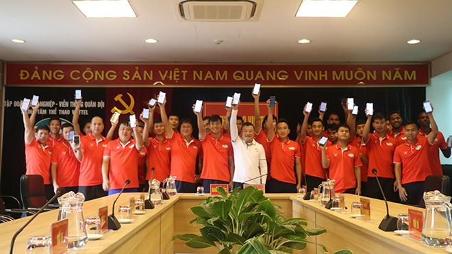 Toàn đội Viettel nhắn tin ủng hộ cho Quỹ phòng chống dịch Covid-19. Ảnh: VTFC