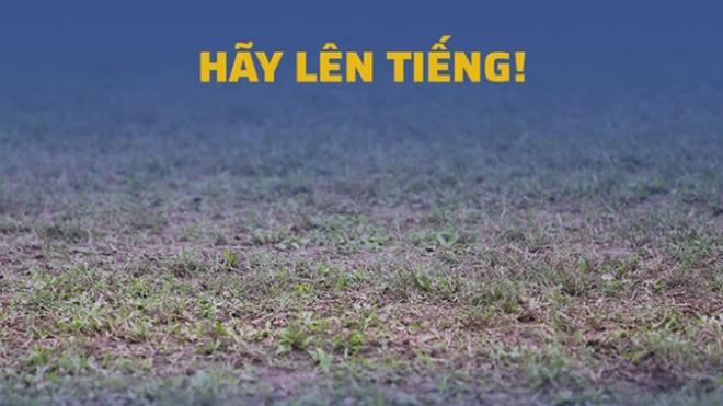 CĐV SLNA không khỏi xấu hổ vì mặt sân tệ của đội nhà. Ảnh: SLNAFC