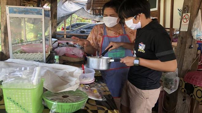 Ngôi sao đội tuyển nữ Thái Lan phải về phụ bếp với gia đình trong mùa dịch