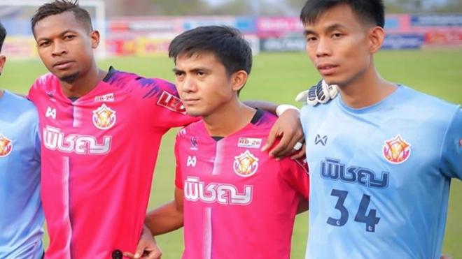 Sarawut (giữa) là cầu thủ rất nổi bật của đội tuyển Thái Lan dưới thời HLV Kiatisuk