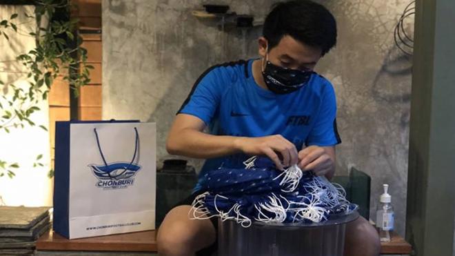 Cầu thủ CLB Chonburi đóng hộp khẩu trang tặng CĐV quê nhà
