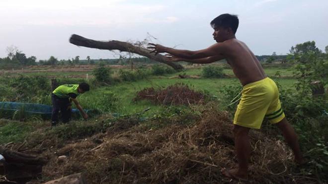 Cầu thủ Thái Lan phải đi đốt than để kiếm sống mùa Covid-19
