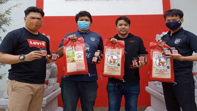 Các phóng viên thể thao Thái Lan nhận được hỗ trợ gạo và tương ớt trong mùa dịch bệnh Covid-19