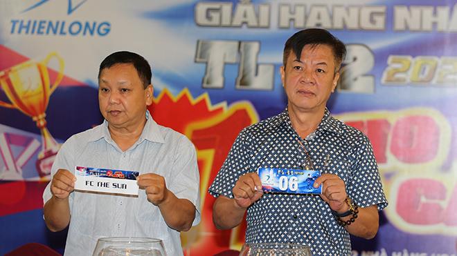 Nhà báo Quang Tuyến (trái) của báo Thanh Niên và Nhà báo Đỗ Hải Âu (báo Thể thao & văn hóa) bốc thăm xếp lịch thi đấu. Ảnh: Đình Viên