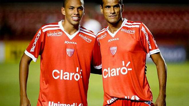 Rivaldo (phải) và con trai. Ảnh: SSM