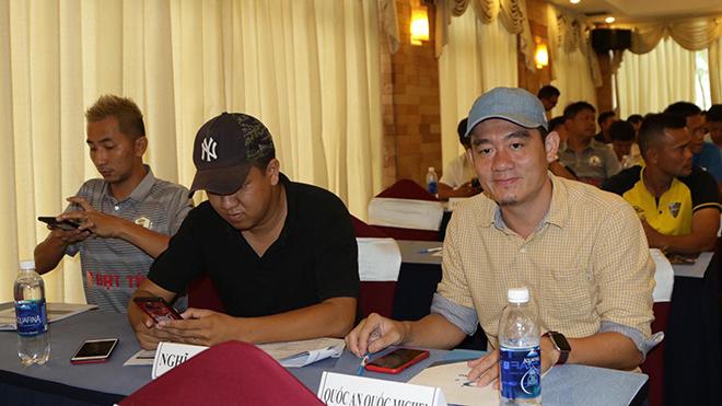 Đại diện nhà tài trợ giải đấu SEAFOOD Một cho tất cả, anh Khá Bảy (phải) kỳ vọng sẽ tạo ra sân chơi tốt cho giới phong trào TPHCM. Ảnh: Đình Viên