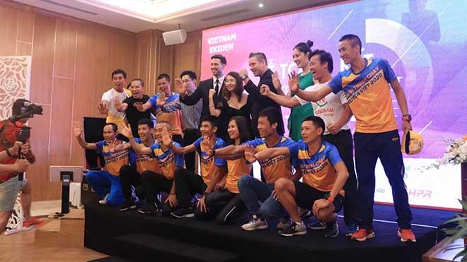 VĐV Phạm Tiến Sản (đứng bên phải) cùng các đồng đội và BTC trong buổi tổng kết. Ảnh: BM