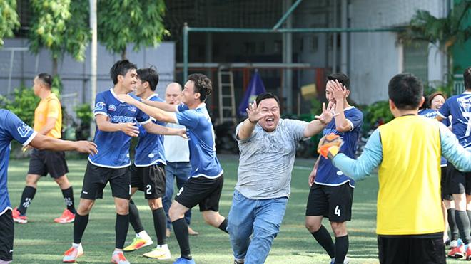 Niềm vui vỡ òa của các CĐV và cầu thủ TTXVN sau khi trọng tài kết thúc trận đấu. Ảnh: Quang Châu