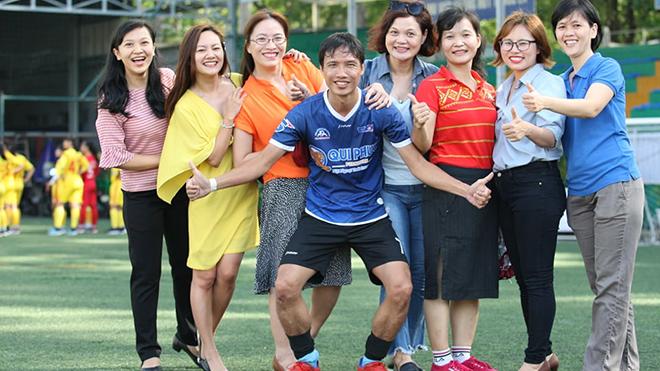 Những CĐV xinh đẹp luôn đồng hành cùng đội bóng đá TTXVN. Ảnh: Quang Châu