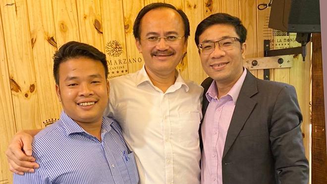 Trưởng BTC giải Nguyễn Xuân Quang (trái) cùng bầu Thắng chụp ảnh lưu niệm. Ảnh: DV
