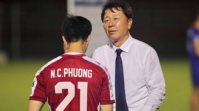 HLV Chung Hae Seong nói lời chia tay, cầu thủ TPHCM buồn bã