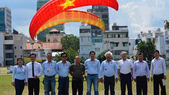 Liên đoàn dù lượn thể thao TP.HCM chính thức được giới thiệu vào chiều 11/7 tại sân vận động Hoa Lư. Ảnh: BM
