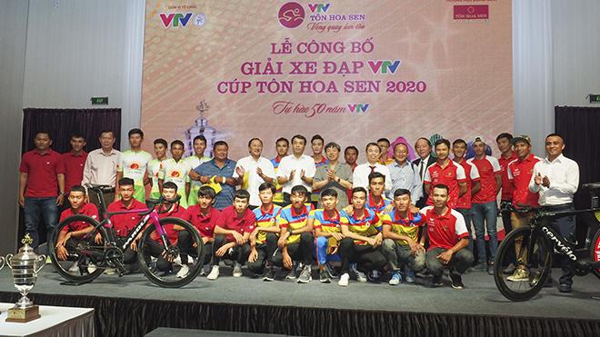 BTC cùng đại diện các đội đua chụp ảnh trong ngày họp báo phát động cuộc đua sáng 15/7 tại TP.HCM