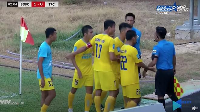 Cầu thủ Tây Ninh phản ứng rất quyết liệt với trọng tài Hoàng Đô. Ảnh: Clip TTTV