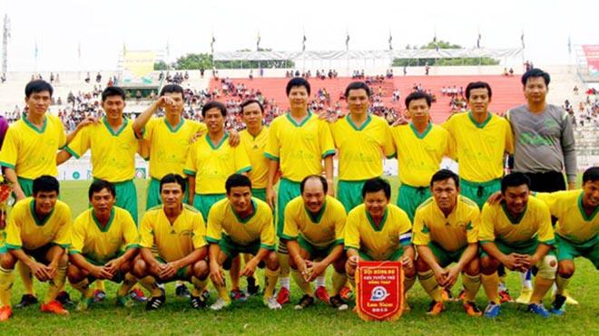 Cựu cầu thủ Anh Khoa của Đồng Tháp (đứng ngoài cùng bên trái) bất ngờ đột quỵ qua đời ngay trên sân cỏ phong trào ở TPHCM