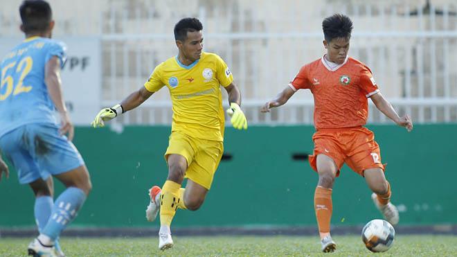 Hữu Thắng (cam) chơi thăng hoa góp công lớn đưa Bình Định đến gần V-League 2021. Ảnh: VPF