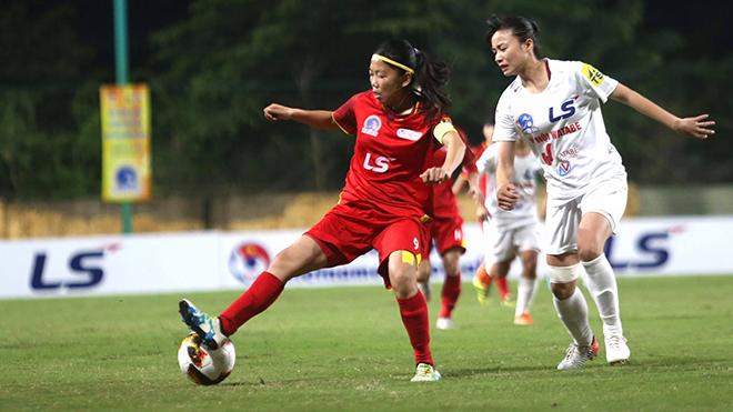 Huỳnh Như cùng các đồng đội TP.HCM 1 đã có trận đấu vất vả từ đầu giải trước Hà Nội 1 (trắng). Ảnh: TSB