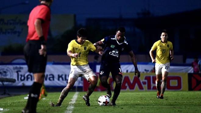 Thái Lan (vàng) thua CLB hạng 2 Thai League chiều tối 10-10 sau trận thuỷ chiến