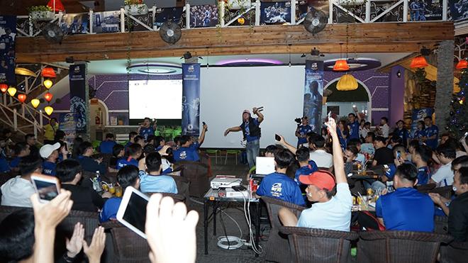 CĐV Chelsea có đêm tưng bừng cùng đội bóng mình yêu mến tối 29-11 tại TPHCM. Ảnh: BM