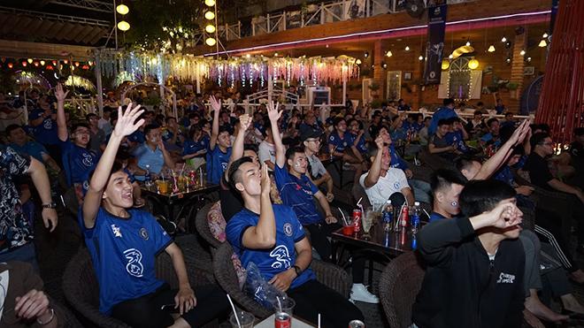 Các CĐV Chelsea tại TPHCM thường xuyên tổ chức những buổi big offline để tiếp lửa cho đội nhà. Ảnh: BM