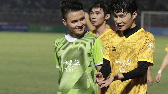 Quang Hải so tài cùng Jack trên sân cỏ. Ảnh: Triều Anh
