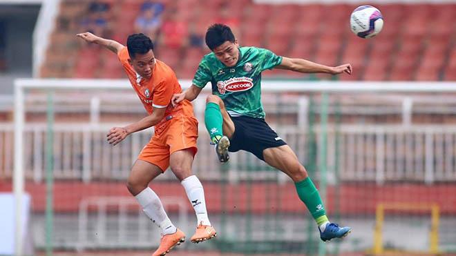 TPHCM (xanh) thua tân binh V-League 2021 Topenland Bình Định 0-2 chiều 29-12. Ảnh: TPHCM
