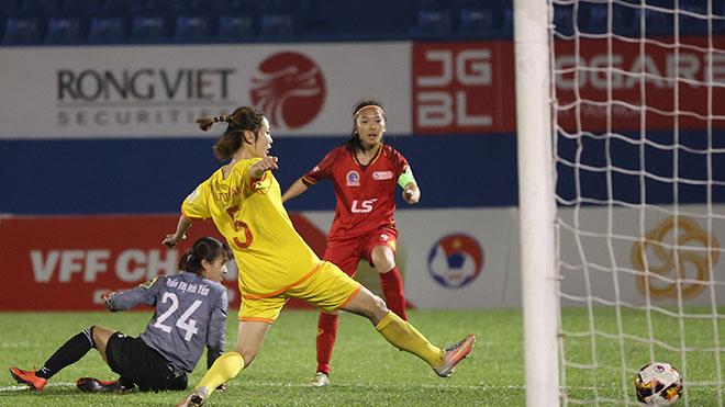 Huỳnh Như giúp TPHCM 1 đả bại Phong Phú Hà Nam tối 13-12 trên sân Bình Dương. Ảnh: AP
