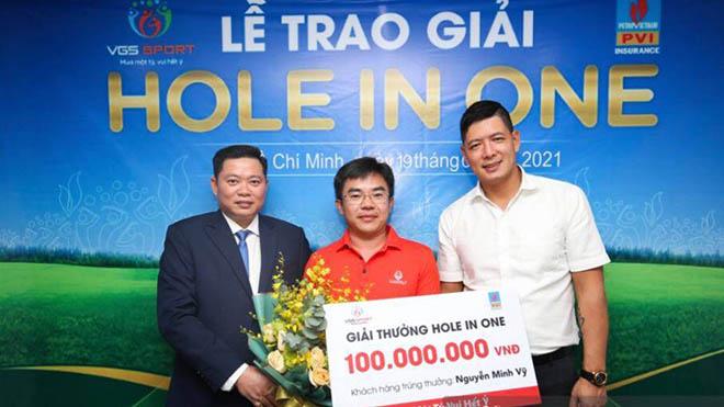 Golfer Nguyễn Minh Vỹ nhận giải thưởng từ BTC. Ảnh: NH