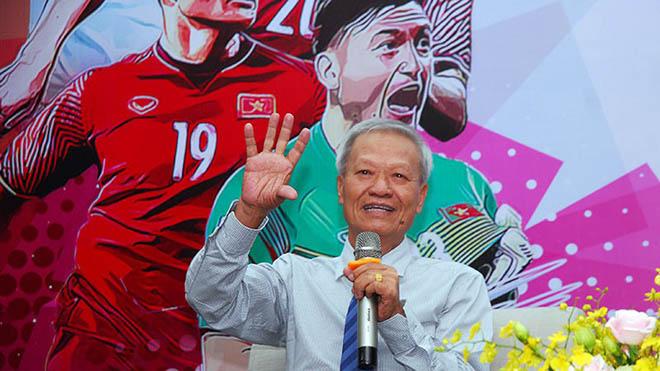 HLV Lê Thuỵ Hải được trao giải Vinh danh Fair Play bởi sự nghiệp đóng góp lớn cho bóng đá nước nhà. Ảnh: Trường Giang