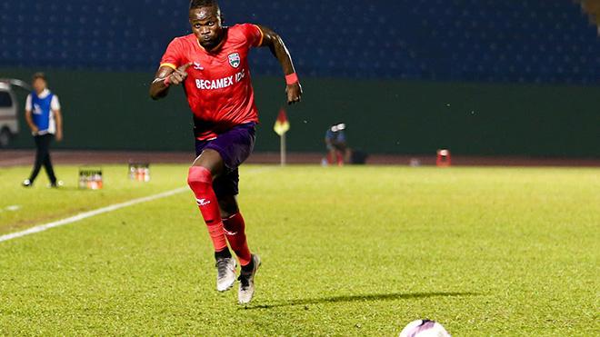 Mansaray lại gây chuyện ở vòng 1 V-League 2021. Ảnh: TL