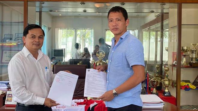 Ông bầu Võ Thành Nhiệm của Long An ký hợp đồng với Anh Đức chiều 22-2. Ảnh: LAFC