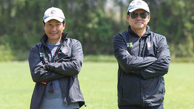 HLV Shimoda (trái) là người huấn luyện Sài Gòn FC chứ không phải HLV Vũ Tiến Thành như thường lệ những ngày qua. Ảnh: SGFC