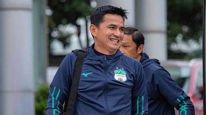 HLV Kiatisuk đang giúp ích rất nhiều cho HLV Park Hang Seo và bóng đá Việt Nam. Ảnh: HAGL