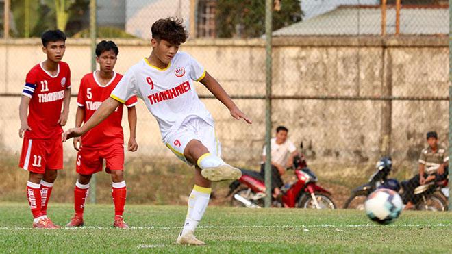 Quốc Việt tiếp tục ghi bàn để đưa U19 Học viện Nutifood JMG sớm vào tứ kết. Ảnh: Khả Hoà
