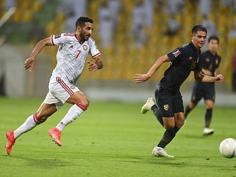 Ali Mabkhout sẽ bất ngờ lùi sâu để tăng tốc nhận bóng trước các trung vệ, Tấn Trường cần phán đoán sớm để chỉ huy hàng thủ bắt bài. Ảnh: UAE