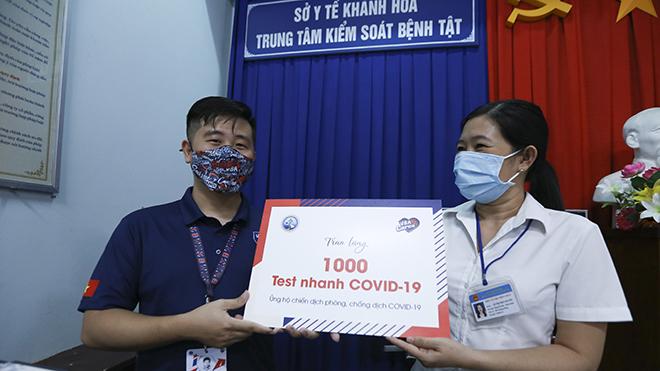 BTC VBA trao tặng quà cho Trung tâm Kiểm soát Bệnh tật CDC tỉnh Khánh Hòa. Ảnh: BM