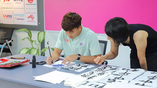 Danh Trung được học cả tiếng Nhật để mong mỏi đến Nhật Bản thi đấu nhưng có thể không được như ý. Ảnh: SGFC