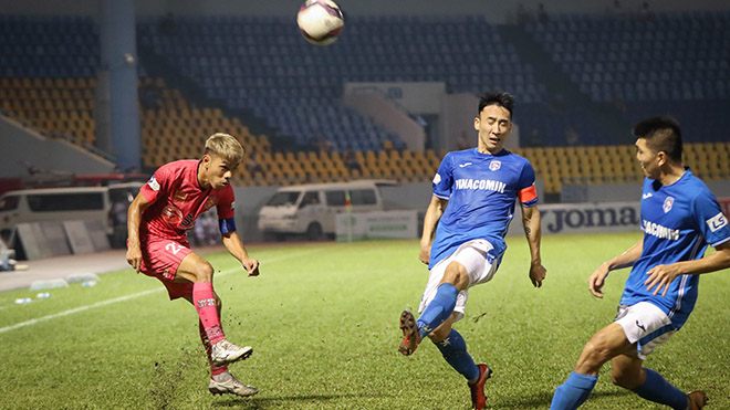 Văn Triền (đỏ) mất cơ hội thi đấu ở J-League 2 thực sự là điều đáng tiếc cho tiền vệ gốc Bình Định. Ảnh: VPF