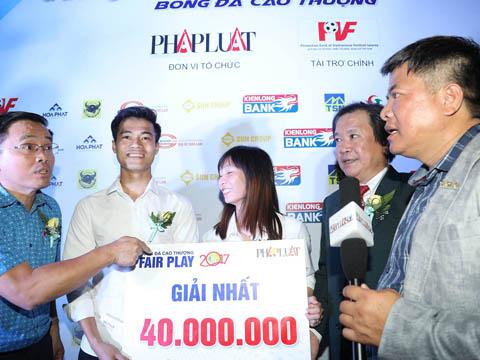 Văn Toàn và Thùy Trang nhận thêm mỗi người 50 triệu tiền thưởng từ Nutifood. Ảnh: Huy Phạm