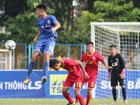 Tiền đạo Nguyên Hoàng (PVF, xanh) chơi cực hay giúp PVF đánh bại Viettel. Ảnh: Quang Phương