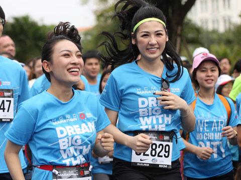 Á hậu Dương Tú Anh trên đường chạy bộ. Ảnh: BM