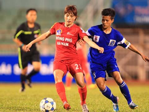 Phong Phú Hà Nam (đỏ) đang chỉ kém đội đầu bảng TP.HCM 1 đúng 1 điểm. Ảnh: Duy Anh